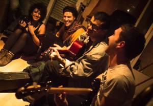 Banda de tres músicos y Ana Santa en un ambiente distraído riéndose