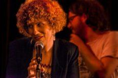 Ana Santa en concierto, cantando